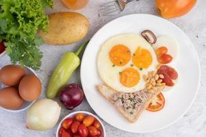 stekt ägg, korv, malet fläsk, bröd och röda bönor