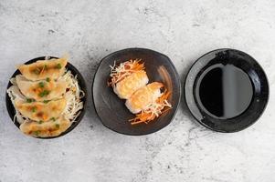 färsk pläterad sushi foto