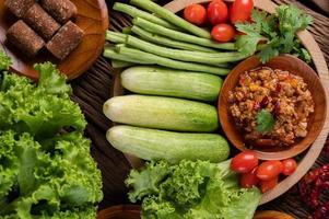 sött fläsk i en träskål med ingredienser