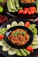 söt fläskskål med gurkor, långa bönor och tomater