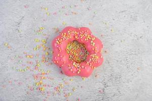 jordgubbsmunk dekorerad med glasyr och strössel foto