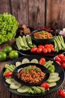 fläsk med gurkor, långa bönor, tomater och sidrätter