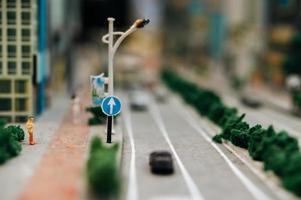 närbild av miniatyr trafik skylt