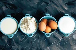 ovanifrån av bakningingredienser i skålar