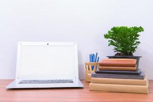 bärbar dator och blomma på skrivbordet