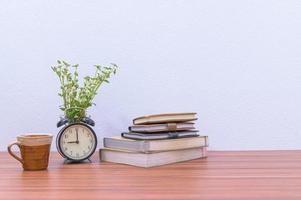 böcker och blomma på skrivbordet foto