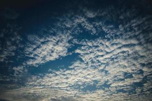 vita moln i en blå himmel