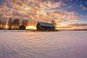trähus vid solnedgången foto