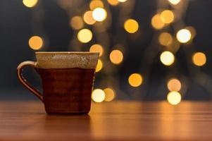 kaffemugg på skrivbordet foto