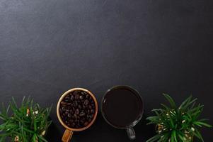 skrivbord med kaffe foto