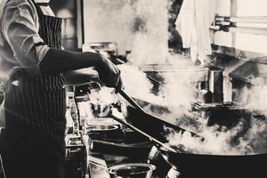 gråskalefoto av rökigt kök foto