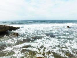 vita vågor på havet foto