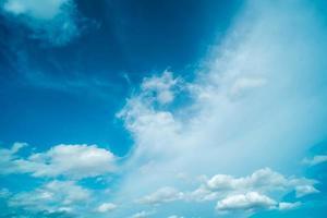 vita moln under dagen foto