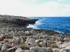 klippor på stranden foto