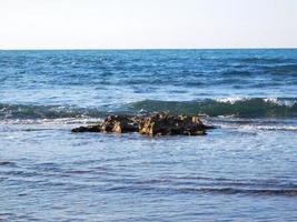 blå strand och stenar foto