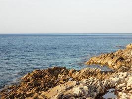 blå havet med stenar foto
