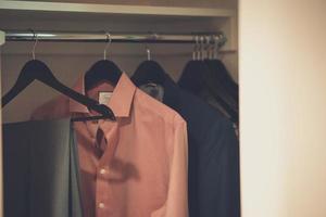 kläder hängande i en garderob