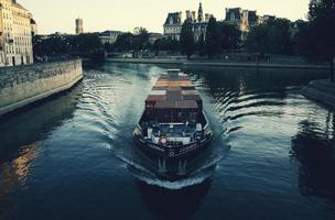 paris, frankrike, 2020 - båt på en vattendrag