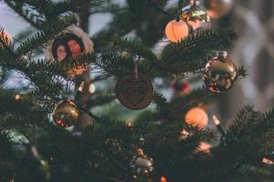 närbild av ett julgran i ett mörkt rum foto