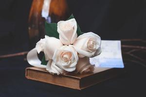 närbild av vita rosor