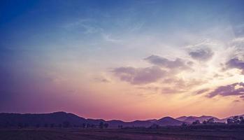 panorama landsbygd landskap med berg vidsträckt blå himmel. bergskedjor under blå himmel och moln.