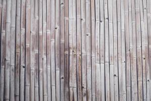 gammal brun ton bambu plankstaket textur för bakgrund. närbild dekorativt gammalt bambuträ av staketväggbakgrund foto