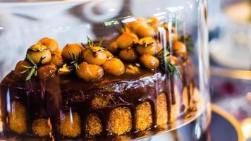 läcker tårta med jordnötssmörkrämlager och chokladtoppning. bageributik bakgrund. selektivt fokus