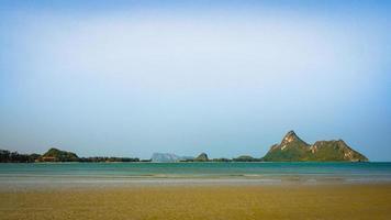 blått vatten på en strand foto
