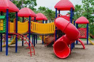 utomhusspelare för barn på lekplatsen i parken. foto