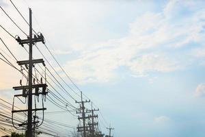 elektrisk pol ansluta till högspänningsledningarna. foto