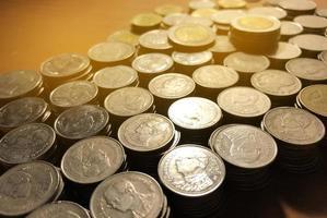 thailändska bahtmynt stack med mjukt ljus bakgrund. thailändska mynt i begreppet finans, säkra pengar.