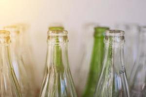 gröna och klara flaskor foto