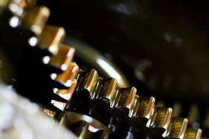 närbild av guldkugghjul foto
