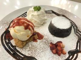 närbild av desserter på tallrikar
