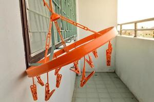 orange klädhängare foto