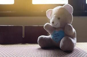 nallebjörn på ett bord foto