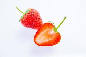 röda jordgubbar på vit bakgrund foto