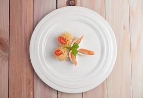 omrörda snabbnudlar med räkor och krabba foto