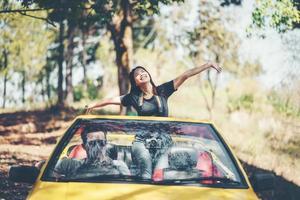 lyckliga par njuter uppifrån och ner i konvertibla