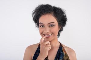 kvinnlig modell poserar för kameran foto