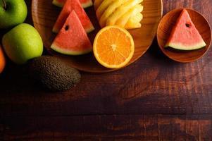 färgrik vattenmelon, ananas, apelsiner med avokado och äpplen