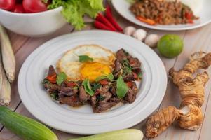 rör stekt basilik lever med stekt ägg