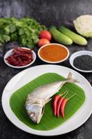 makrillfisk med risnudlar och grönsaker foto