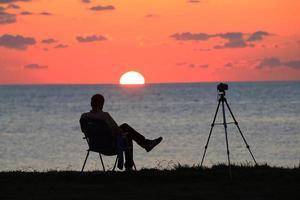 en man som tittar på solen foto