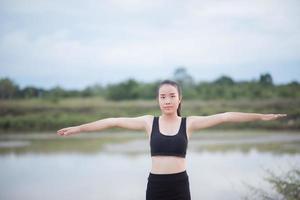 frisk ung kvinna som värmer upp utomhus för träning foto