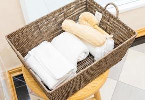 spa- och wellnessinställning med vita handdukar i flätad korg. dayspa naturprodukter foto