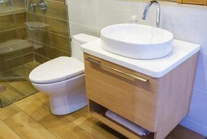modernt rymligt badrum foto