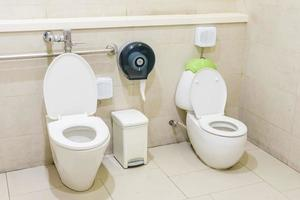 två toaletter i badrummet