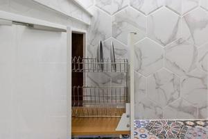 öppnad kökslåda med tallrikar inuti, en smart lösning för köksförvaring och organisering foto