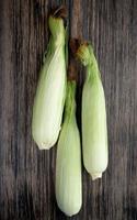 ovanifrån av okokt majs på träbakgrund foto